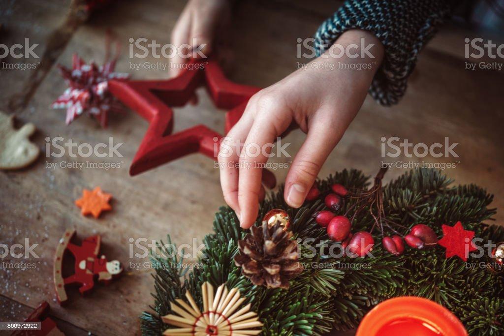 niños decorar la corona de Adviento - foto de stock