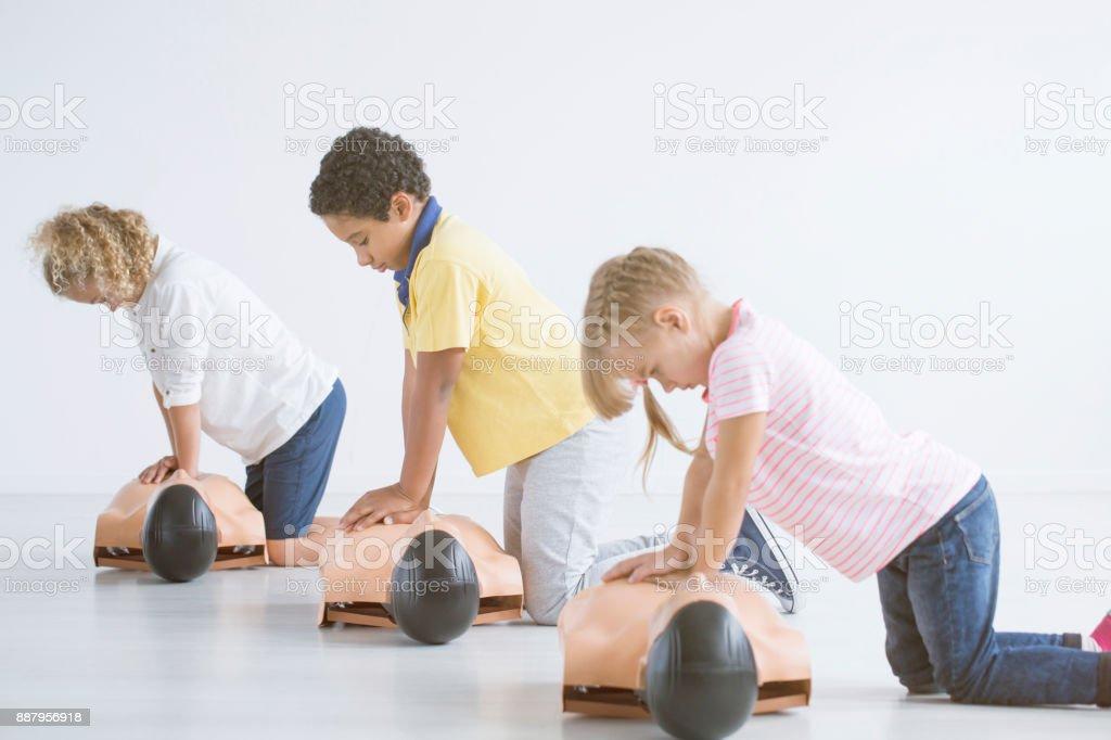 Enfants faisant de réanimation - Photo
