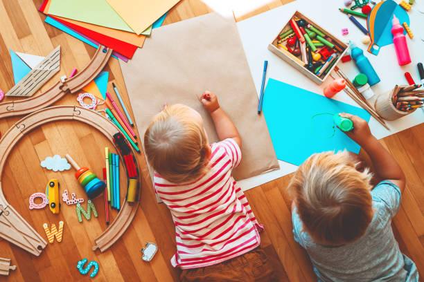 los niños dibujan y hacen manualidades. antecedentes para clases de preescolar y jardín de infantes o arte. - artesanía fotografías e imágenes de stock
