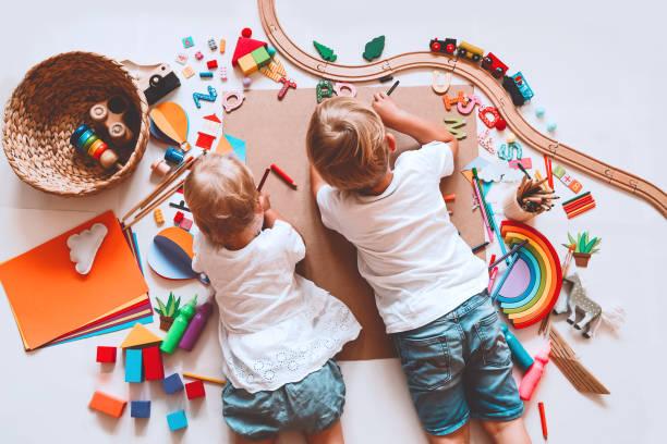 Kinder zeichnen und basteln. Hintergrund für Vorschul- und Kindergarten- oder Kunstkurse. – Foto