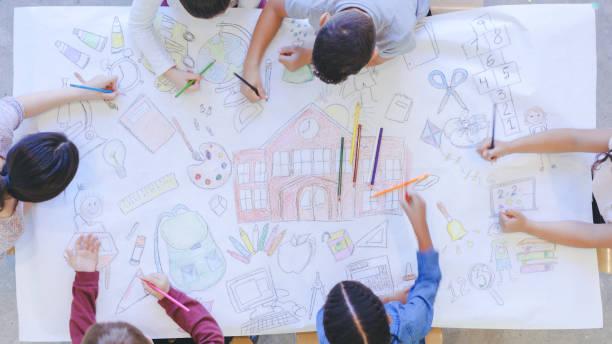 niños dibujando de vuelta al mural de la escuela - dibujar fotografías e imágenes de stock