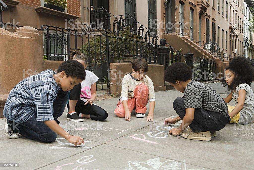 Crianças desenho no passeio foto de stock royalty-free