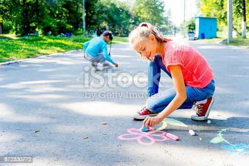 istock Kids drawing with chalk 872330772