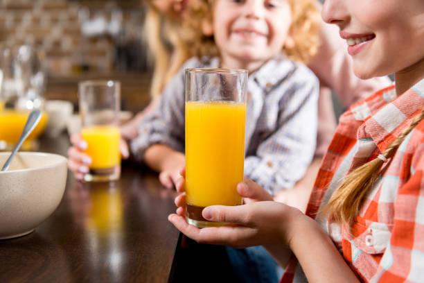 kinder trinken saft - innocent saft stock-fotos und bilder