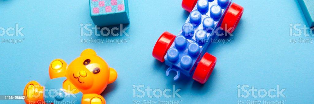 Frame de desenvolvimento educacional dos brinquedos dos miúdos no fundo branco. Vista superior. Flat Lay. Copie o espaço para o texto - foto de acervo