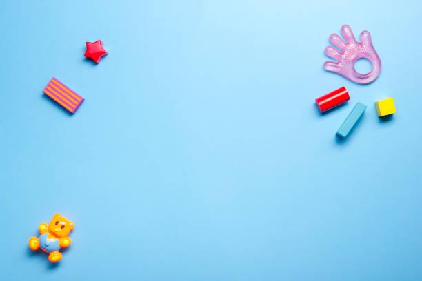 kids educatieve ontwikkeling speelgoed frame op witte achtergrond. bovenaanzicht. vlakke lay. ruimte kopiëren voor tekst - background baby stockfoto's en -beelden