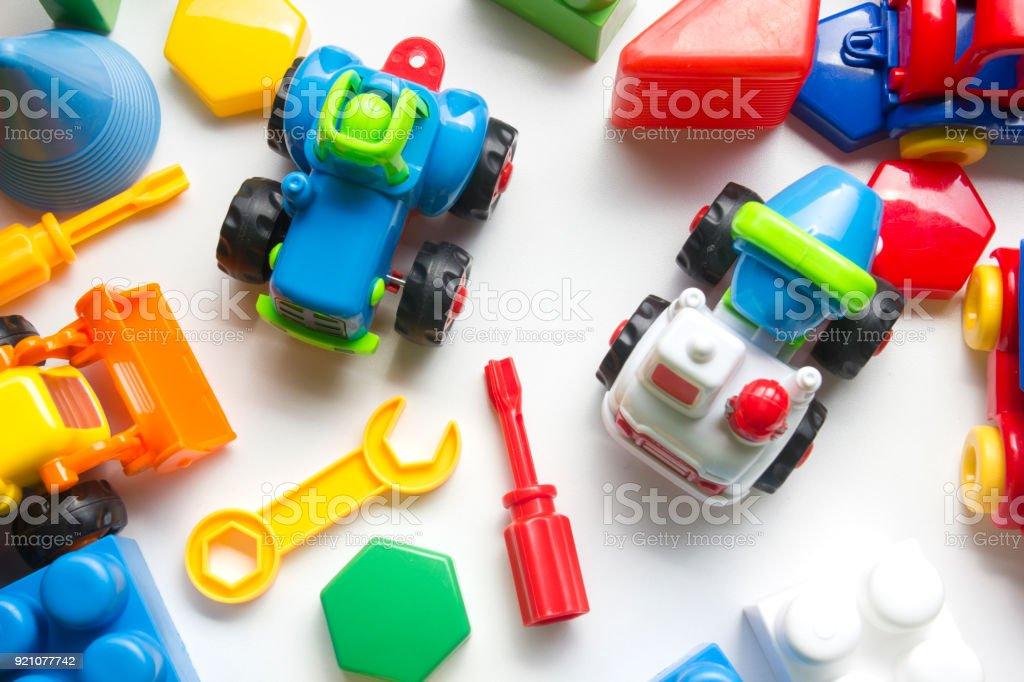 Crianças educacionais em desenvolvimento brinquedos quadro sobre fundo branco. Vista superior. Plano de leigos. Copie o espaço para texto - foto de acervo