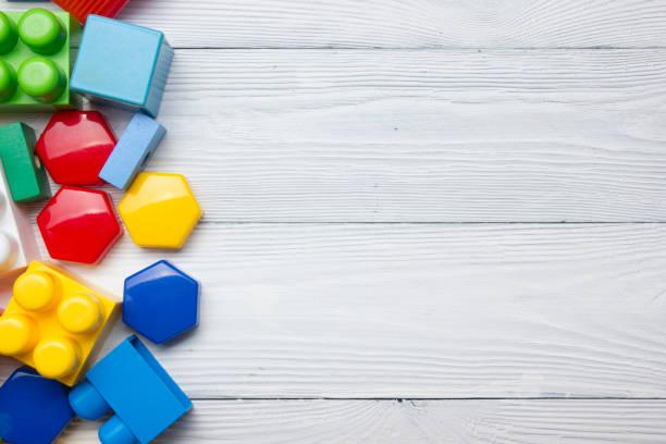 Los niños educativos en desarrollo juguetes marco sobre fondo blanco. Vista superior. La endecha plana. Copiar espacio para texto - foto de stock