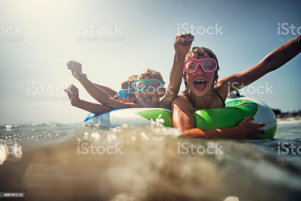 Kinder genießen Sie Strand und Meer Urlaub – Foto