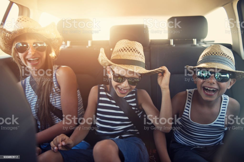 Kinder genießen Roadtrip an sonnigen Tag – Foto