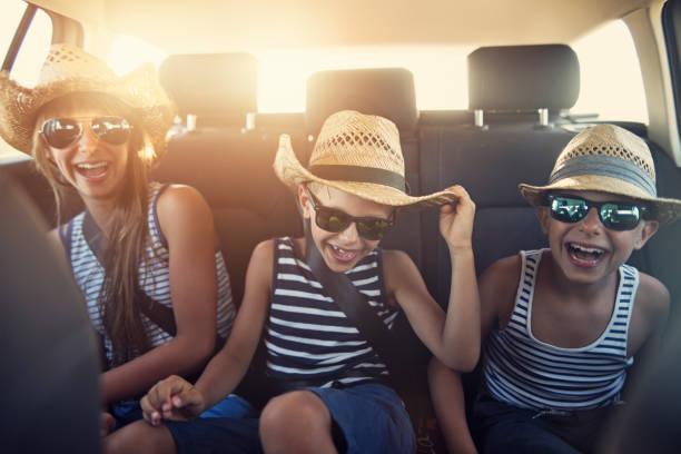 yolculuğa güneşli günde zevk çocuklar - araba yolculuğu stok fotoğraflar ve resimler