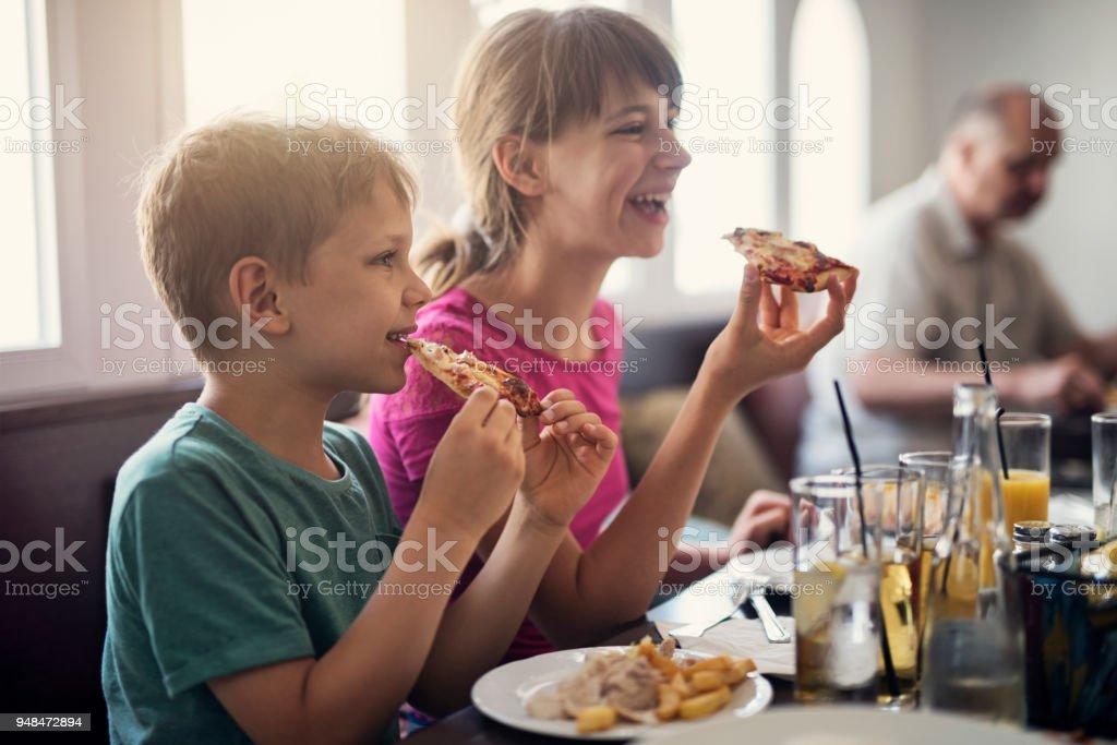 Kinder genießen leckere Pizza im restaurant – Foto