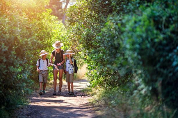 Kinder genießen Schatzsuche Abenteuer – Foto