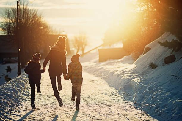 kinder winter geniessen - kalte sonne stock-fotos und bilder