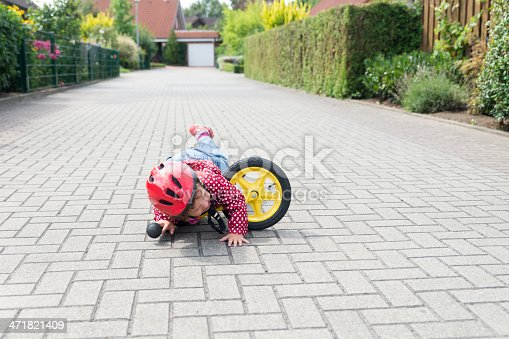 istock Kids fell over in a bicycle practice in street 471821409