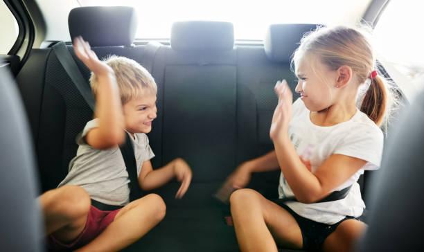 Kinder kämpfen im Auto – Foto