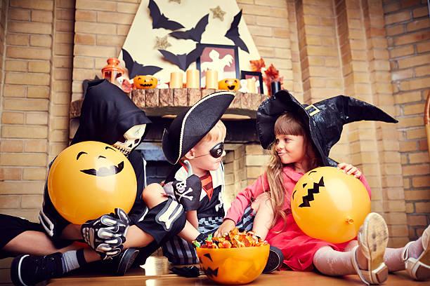 kinder in halloween-party - piratenzimmer themen stock-fotos und bilder