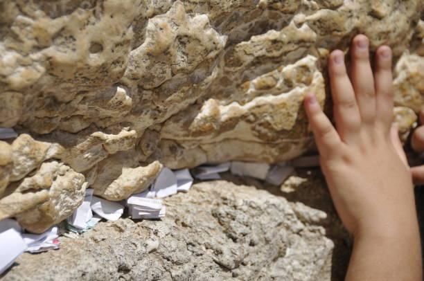 孩子們的手放在西牆耶路撒冷期間 prayerr圖像檔