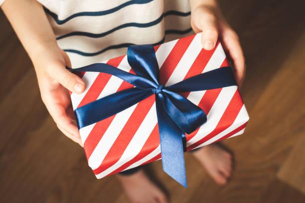 kid es hände halten geschenkbox. - geburtstagsgeschenk für papa stock-fotos und bilder