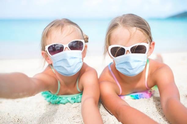 Kinder haben viel Spaß am tropischen Strand – Foto