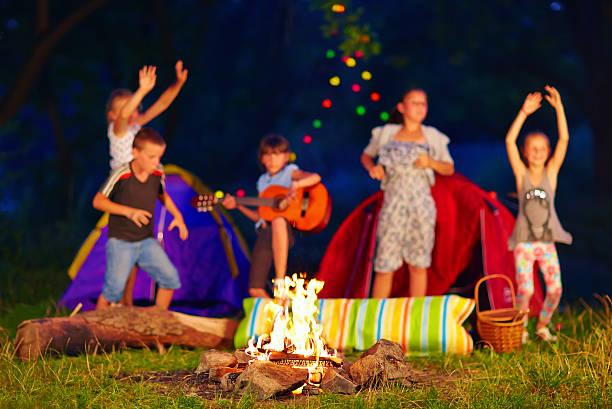 kinder spaß rund um lagerfeuer: fokus auf feuer - tanz camp stock-fotos und bilder