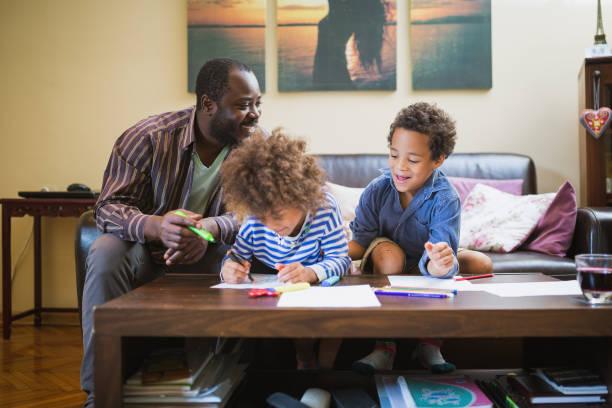 kinder zu hause spaß haben, spielen mit ihrem vater. - hausmannskost stock-fotos und bilder