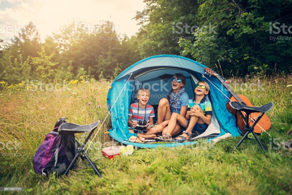 Kinder Spaß camping im Zelt auf der Waldwiese – Foto