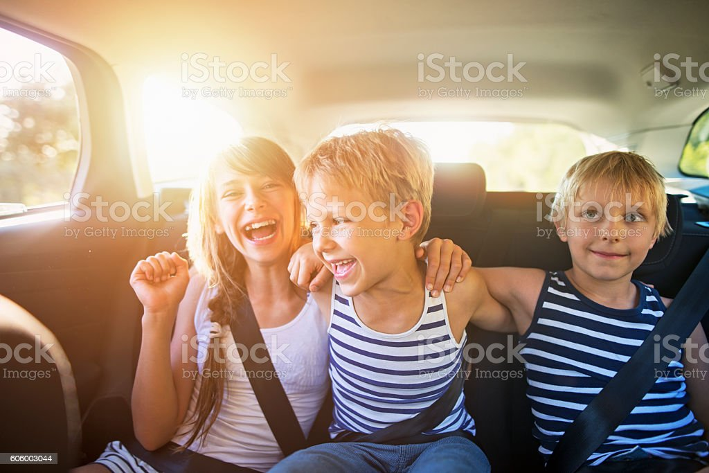Kids having fun in car on a road trip​​​ foto