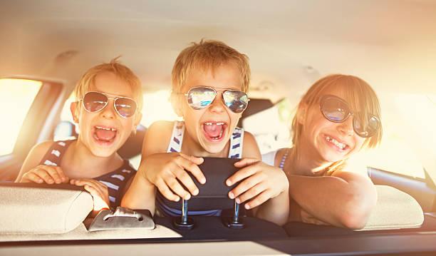 Kinder Spaß haben im Auto auf einem Ausflug – Foto