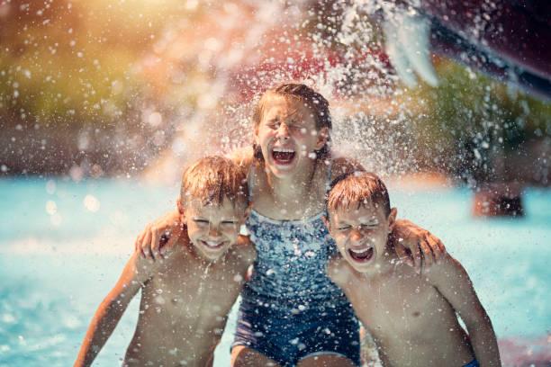 kinder spaß im wasserpark - sonnendusche stock-fotos und bilder
