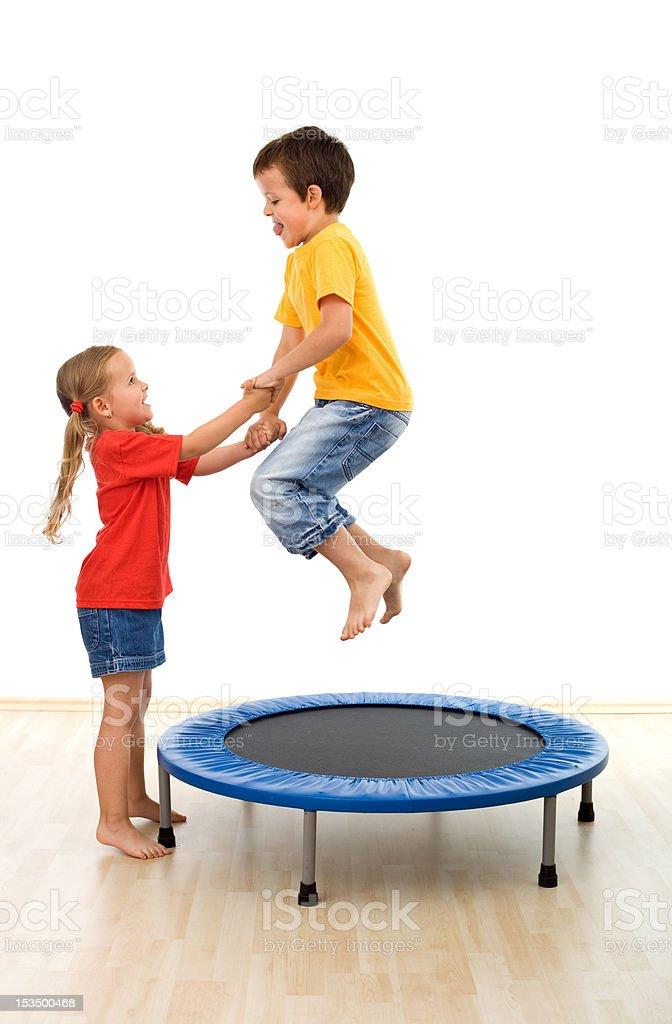 Kinder, die Spaß auf einem Trampolin – Foto