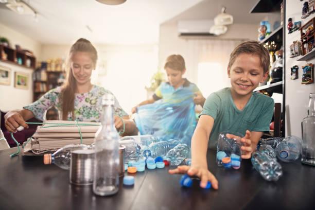 Kinder, die Spaß daran haben, Abfälle zu trennen – Foto