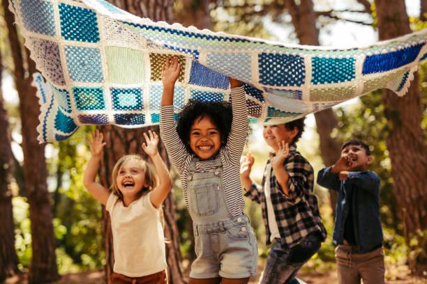 kinder, die gemeinsam spaß im wald haben - tanz camp stock-fotos und bilder