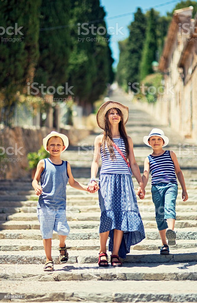 Kids having fun visiting the beautiful Majorcan town of Pollenca – Foto