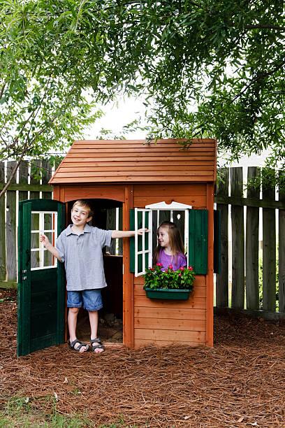 kinder, die spaß mit playhouse - mädchen spielhaus stock-fotos und bilder