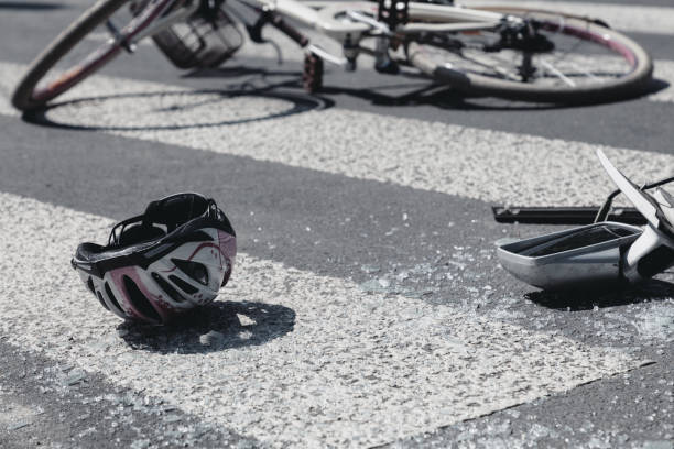 Kinderhelm und Spiegel des Autos neben kaputtem Fahrrad am Fußgängerüberweg – Foto