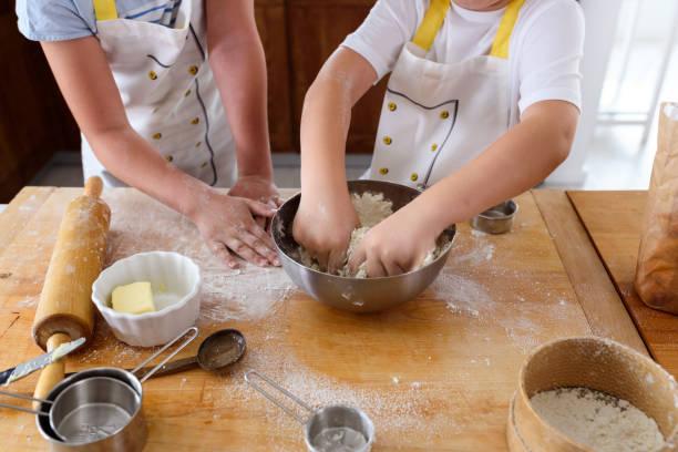 Kinder helfen in der Küche. Bruder und Schwester backen. – Foto