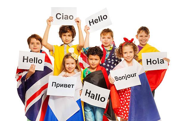 Niños de retención de las señales de felicitación en diferentes idiomas. - foto de stock