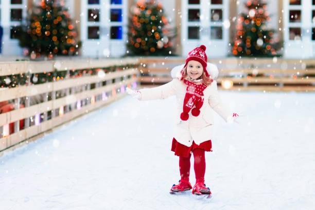 kinder eislaufen im winter. schlittschuhe für kinder. - vorschuldekorationen stock-fotos und bilder