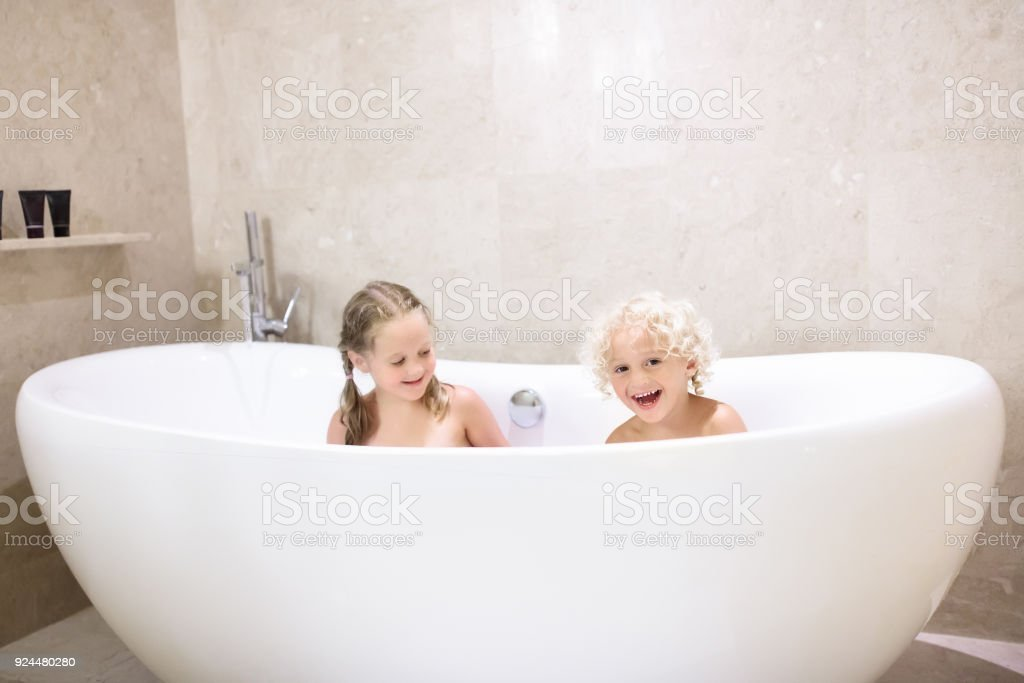 kinder in der badewanne kinder baden familienbad stock. Black Bedroom Furniture Sets. Home Design Ideas
