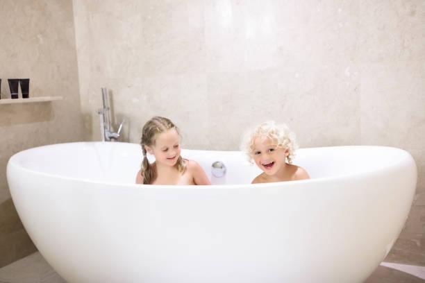 kinder in der badewanne. kinder baden. familienbad. - mädchen dusche stock-fotos und bilder
