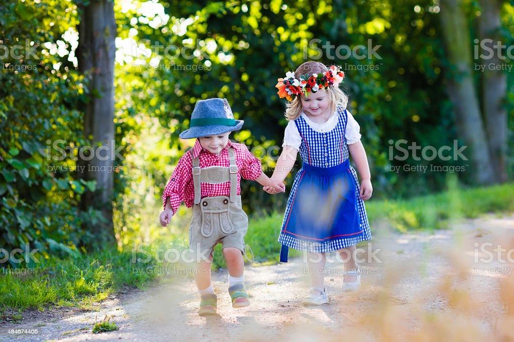 Kinder in Kostümen in wheat field bayerischen – Foto