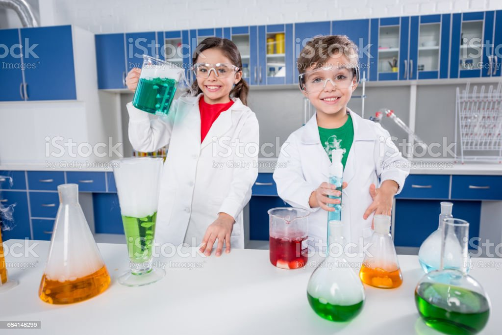Kids in chemical lab royalty free stockfoto