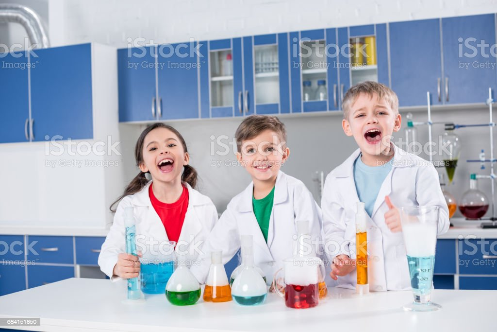 Kids in chemical laboratory royaltyfri bildbanksbilder