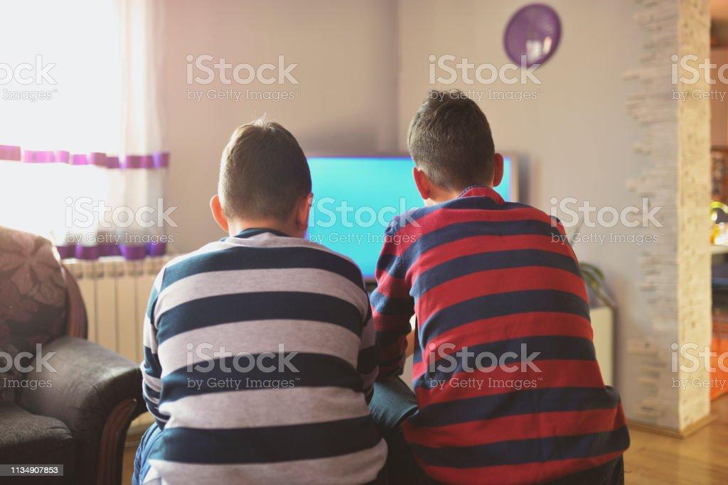 KIds vor dem Fernseher – Foto