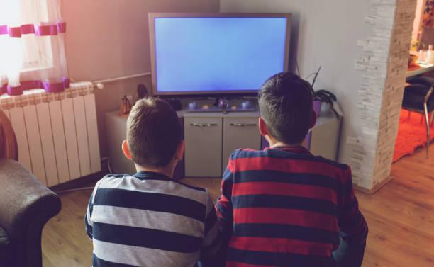 kids in front of tv - tv e familia e ecrã imagens e fotografias de stock