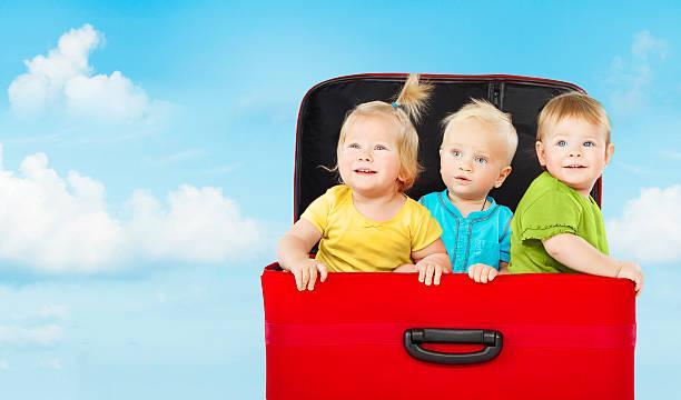 kinder im koffer, drei glückliche kinder spielen - kleinkind busy bags stock-fotos und bilder