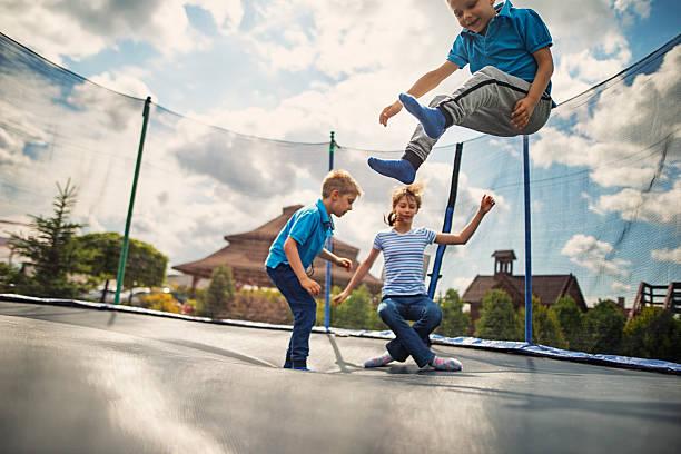 enfants de sauter sur un trampoline - nuage 6 photos et images de collection