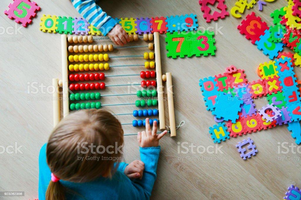 子供たちの数字、そろばんの計算を学習 ストックフォト