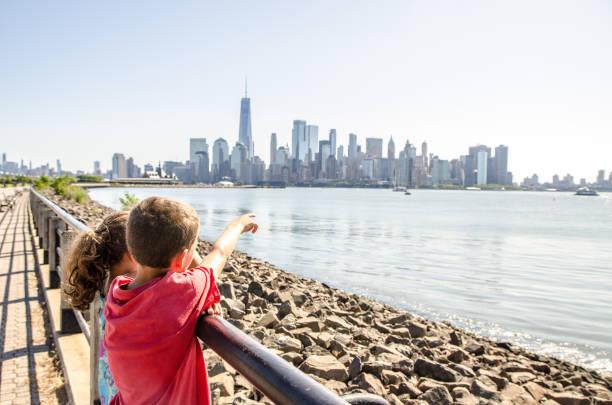 Kinder, die Manhattan Skyline vom Liberty State Park aus betrachten – Foto